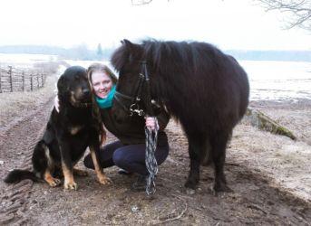 Sargsuns Dargo ar mazo poniju un Laura Krastiņa-saimniece
