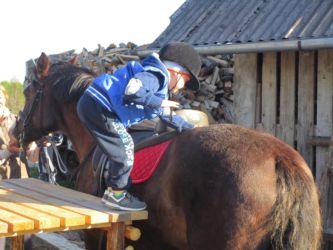 Mazākie ekskursijas dalībnieki parūpējas par zirga labklājību!